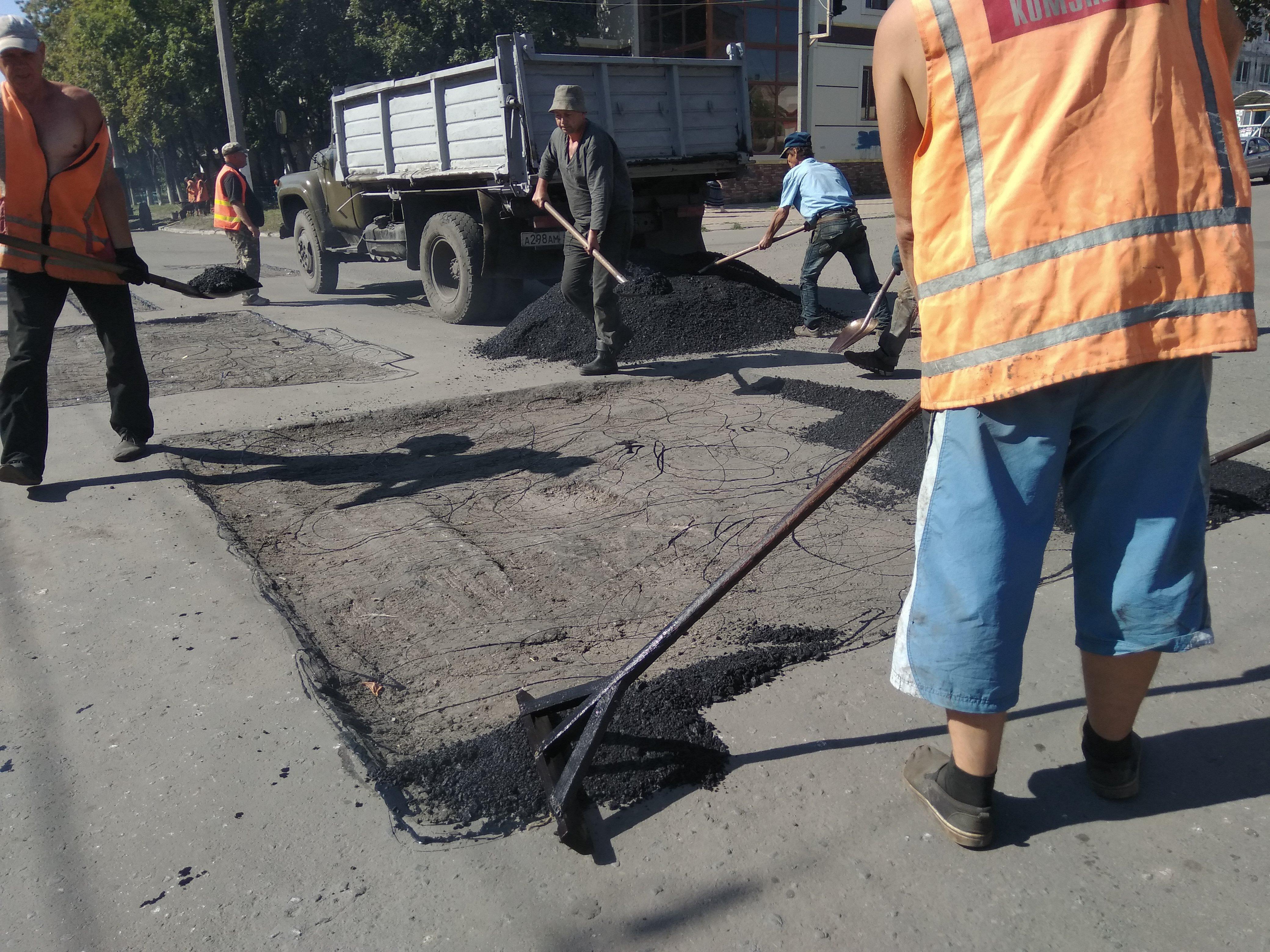 Укладання асфальту, асфальтування, дорожні роботи, будівництво доріг